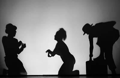 Drei Schatten von Schauspielern im Theater